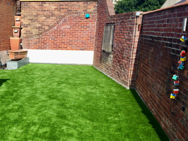 Rooftop-garden-finished-with-artificial-grass